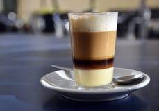 Traditioneller kanarischer Kaffee Barraquito mit den getrennten Schichten Milch kondensiert und Alkohol auf der Terrasse des Café lizenzfreie stockbilder
