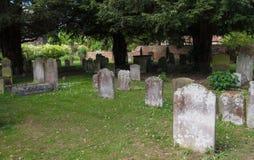 Traditioneller katholischer britischer Kirchhof Stockbilder