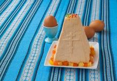 Traditioneller Klumpen Ostern-Kuchen und -eier Lizenzfreie Stockbilder