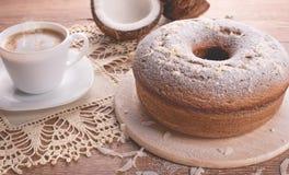 Traditioneller Kokosnusskuchen und eine Schale Milch mit Kaffee | Großmutterkuchen Stockfotos