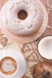 Traditioneller Kokosnusskuchen und eine Schale Milch mit Kaffee | Großmutterkuchen Lizenzfreies Stockfoto