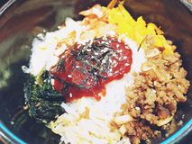 Traditioneller koreanischer Teller mit Reis, Bibimbap, Abschluss oben stockfotografie