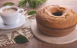 Traditioneller Kuchen und eine Schale Milch mit Kaffee | Großmutterkuchen Stockbilder