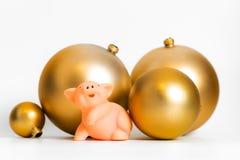 Traditioneller kultureller Tierkreiskalender des goldenen Symbols Ballschwein Chinesischen Neujahrsfests lokalisiert stockbild