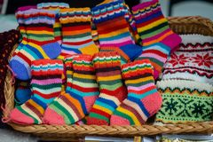 Traditioneller Latvian gestrickte woolen Handschuhe und Socken stockfotografie