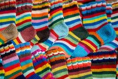 Traditioneller Latvian gestrickte woolen Handschuhe und Socken stockbilder