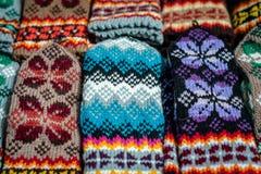 Traditioneller Latvian gestrickte woolen Handschuhe und Socken lizenzfreie stockfotografie