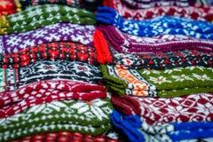 Traditioneller Latvian gestrickte woolen Handschuhe und Socken lizenzfreies stockfoto