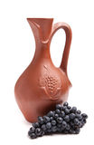 Traditioneller Lehmkrug für Wein mit Bündeltrauben Lizenzfreies Stockfoto