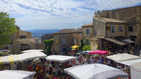 Traditioneller Markt in Gordes stockbild