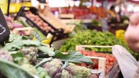 Traditioneller Nahrungsmittelmarkt in Italien stock video