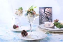 Traditioneller neuer Jahr ` s russischer Salat des Gemüses und des Fleisches, mit Majonäse Gedient in einem Glas und mit Petersil stockbilder