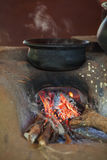 Traditioneller Ofen auf einer ländlichen Küche stockfotos