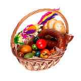 Traditioneller Ostern-Korb mit Nahrung Stockfotos