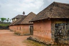 Traditioneller Palast des Fon von Bafut mit Ziegelstein- und Fliesengebäuden und Dschungelumwelt, Kamerun, Afrika Stockbild