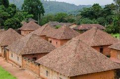 Traditioneller Palast des Fon von Bafut mit Ziegelstein- und Fliesengebäuden und Dschungelumwelt, Kamerun, Afrika Lizenzfreie Stockfotos