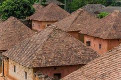 Traditioneller Palast des Fon von Bafut mit Ziegelstein- und Fliesengebäuden und Dschungelumwelt, Kamerun, Afrika Stockbilder