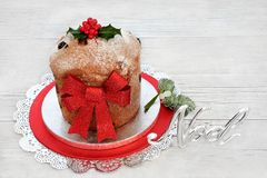 Traditioneller Panettone-Weihnachtskuchen Lizenzfreie Stockbilder