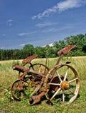 Traditioneller rostiger Rasenmäher u. Haymaker Stockfotos