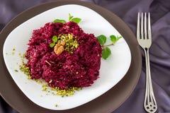 Traditioneller Rote-Bete-Wurzeln Salat mit Nüsse, Trockenfrüchte und Sonnenblumensamen vinegret kleidete mit Majonäse an Auf weiß lizenzfreies stockbild