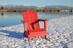 Traditioneller roter Adirondack-Stuhl Lizenzfreie Stockfotos