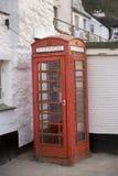 Traditioneller roter britischer Telefonkasten Stockbilder