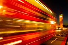 Traditioneller roter Bus Londons in der Bewegung über der Westminster-Brücke Stockbild