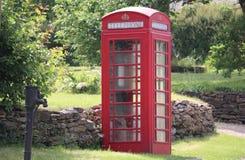 Traditioneller roter englischer Telefonkasten ina Feldweg stockbild