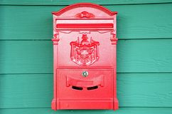 Traditioneller roter Postbox Stockfoto