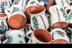 Traditioneller rumänischer Lehmbecher lizenzfreies stockbild