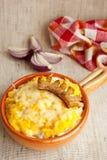 Traditioneller rumänischer Teller mit Mais Brei und chees Stockfotos