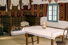 Traditioneller rumänischer Volkshausinnenraum mit Weinlesedekoration Lizenzfreies Stockbild
