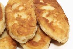 Traditioneller Russe backt mit Kartoffel zusammen Stockfotos