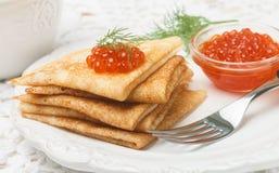 Traditioneller russischer Pfannkuchen Blini mit Lachskaviar Lizenzfreie Stockfotos