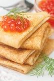Traditioneller russischer Pfannkuchen Blini mit Lachskaviar Stockbild