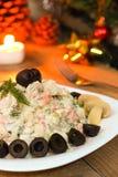 Traditioneller russischer Salat auf Nacht des neuen Jahres - vegetarische Version mit Pilzen Stockbilder