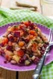 Traditioneller russischer Salat mit Rote-Bete-Wurzeln, Karotten und Essiggurken Stockbilder