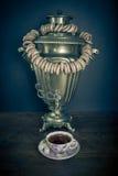 Traditioneller russischer Tee Samowar und Baumeln er auf Ligamenttasche stockbilder