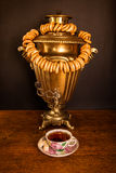 Traditioneller russischer Tee Samowar und Baumeln er auf Ligamenttasche stockbild