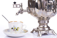 Traditioneller russischer Teekessel und -Teetasse Stockfotos