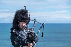Traditioneller schottischer Dudelsackspieler in der vollen Kleiderordnung Lizenzfreie Stockfotos
