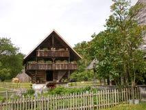 traditioneller Schweizer Bauernhof und Chalet Stockbild