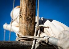 Traditioneller Segelnmast und -knoten stockfotografie