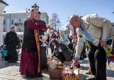 traditioneller Segen von Ostern-Nahrungsmitteln im des St Michael Golden-gewölbten Kloster lizenzfreie stockfotos