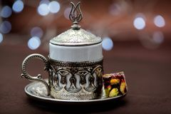 Traditioneller türkischer Kaffee in der traditionellen Metallschale auf braunem Hintergrund mit türkischer Freude und bokeh stockfotografie