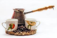 Traditioneller türkischer Kaffee ein cezve, lokalisiert auf einem weißen Hintergrund lizenzfreie stockfotos
