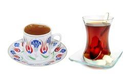 Traditioneller türkischer Kaffee und Tee stockfotos