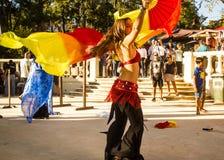 Traditioneller Tanz mit Flaggen während einer Replik eines portugiesischen mittelalterlichen Festivals lizenzfreie stockfotos