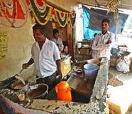 Traditioneller Tee, der in einem Schlammofen macht Lizenzfreie Stockfotografie