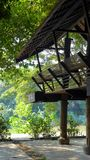 Traditioneller thailändischer Artbalkon mit Flussansicht Stockfotos